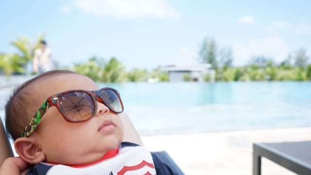 ラッシュガードを着た赤ちゃん